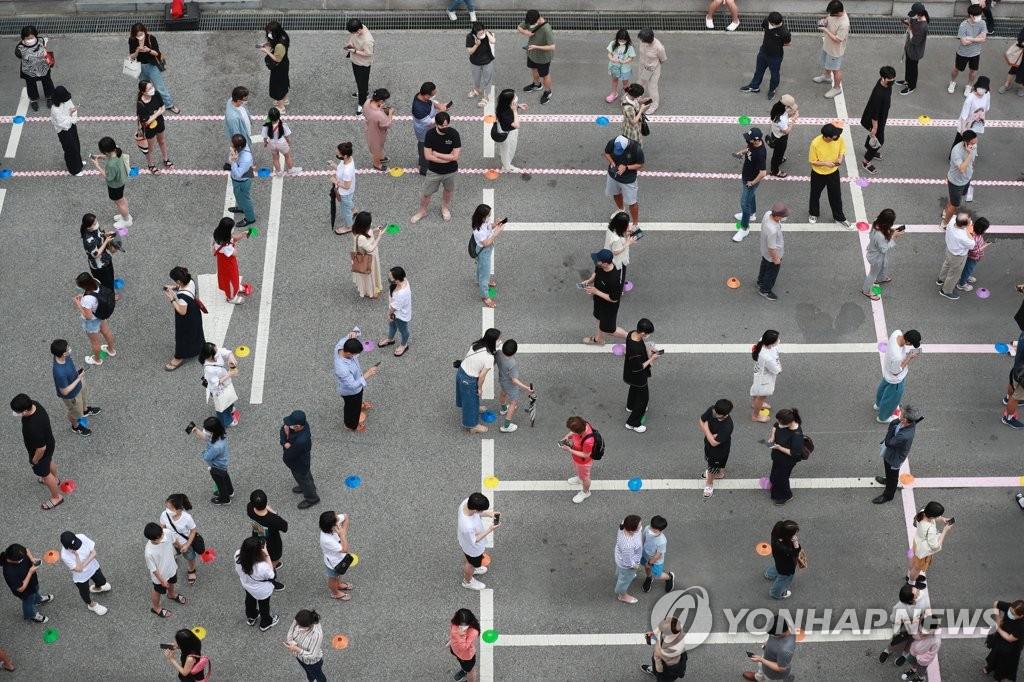 Hàn Quốc tăng cường xét nghiệm COVID-19 khi số ca nhiễm mới tăng kỷ lục.