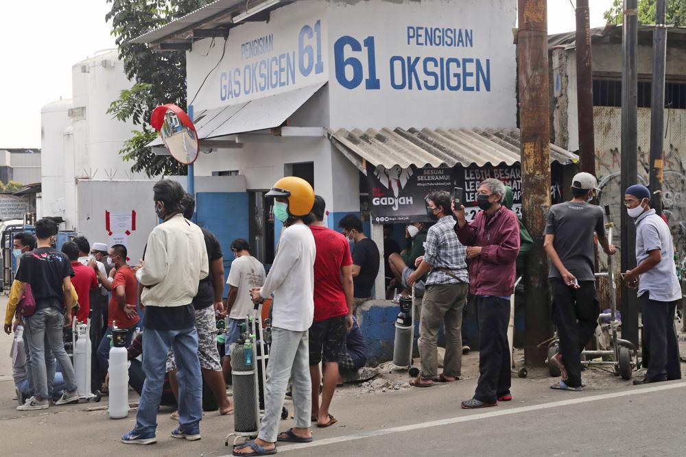 Người chờ đến lượt nạp đầy bình dưỡng khí tại một trạm sạc ôxy ở Jakarta, Indonesia hôm 9/7