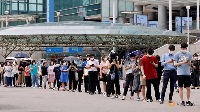 Mọi người xếp hàng chờ xét nghiệm COVID-19 tại một nhà ga ở Seoul, Hàn Quốc, ngày 7/7