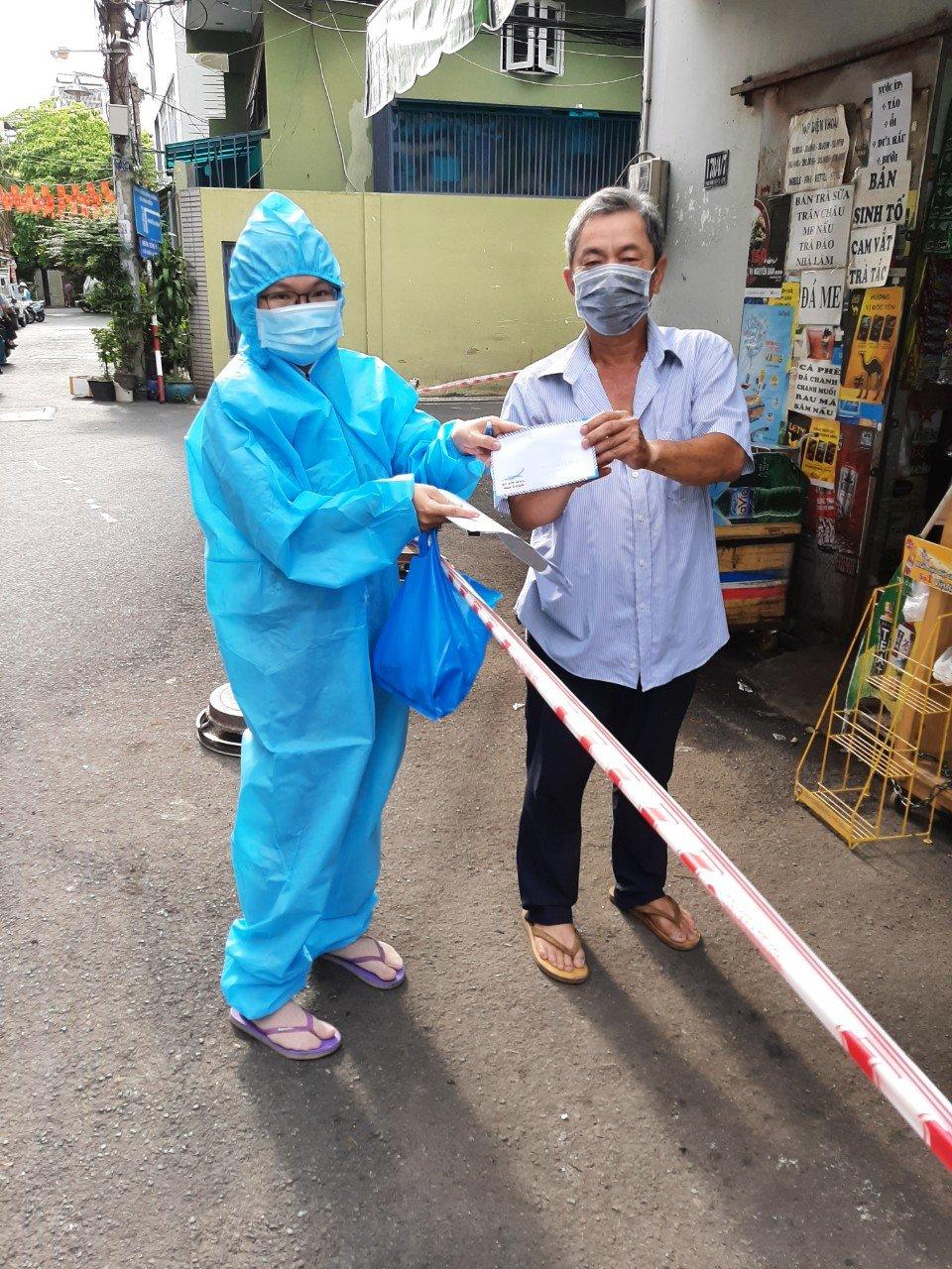 Cán bộ quận Phú Nhuận trao tận tay số tiền hỗ trợ cho đối tượng lao động tự do trên địa bàn.