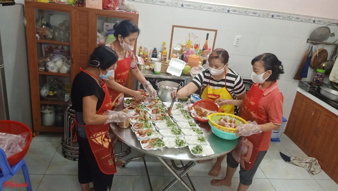 Bếp ăn đỏ lửa liên tục mỗi ngày từ cuối tháng 5 đến nay. Kinh phí mỗi bữa đều do các chị và Mạnh Thường Quân đóng góp