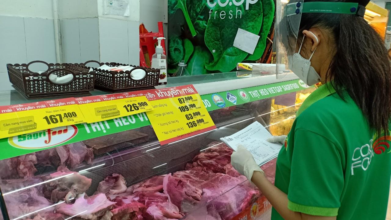 Thông qua kết nối của Hội LHPN Q.8, nhân viên siêu thị sẽ nhận hóa đơn, chọn hàng rồi giao hàng tận nhà trong ngày đến cho người dân có nhu cầu mua hàng