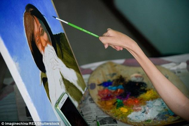Cô Zhang thường mất khoảng 2 tuần để hoàn thành một bức tranh của mình - Ảnh: Inspire More