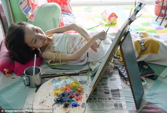 Dù phải nằm trên giường nhưng cô Zhang vẫn không từ bỏ đam mê hội họa của mình - Ảnh: Shutterstock