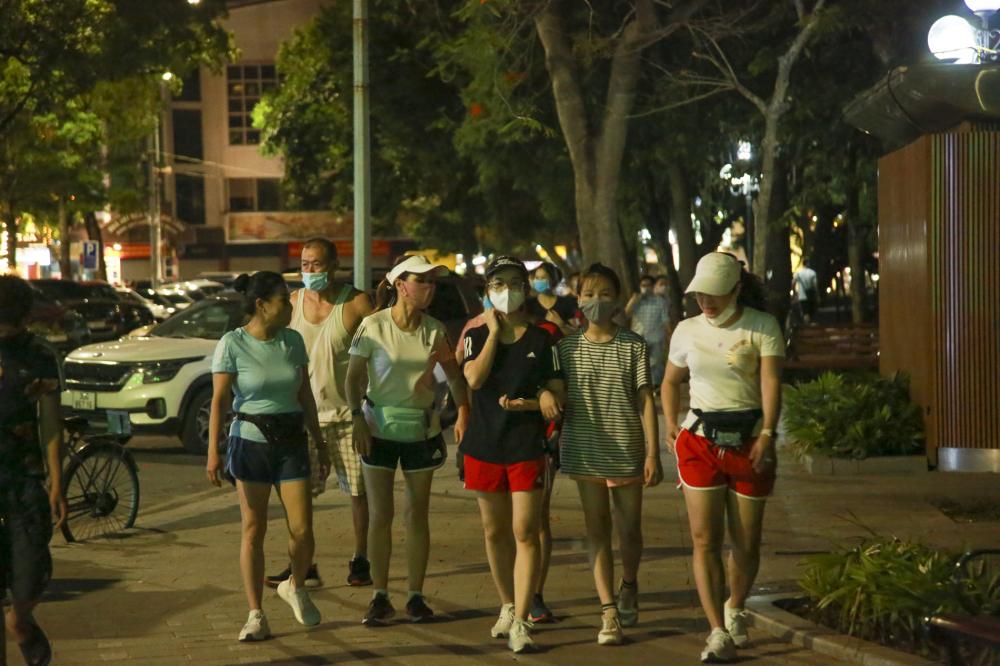 Tại khu vực Cầu Gỗ, đoạn gần Hàm Cá Mập giáp phố Đinh Tiên Hoàng nhiều nhóm người chủ yếu là giới trẻ tập trung  để nói chuyện, phớt lờ khuyến cáo của bộ y tế.