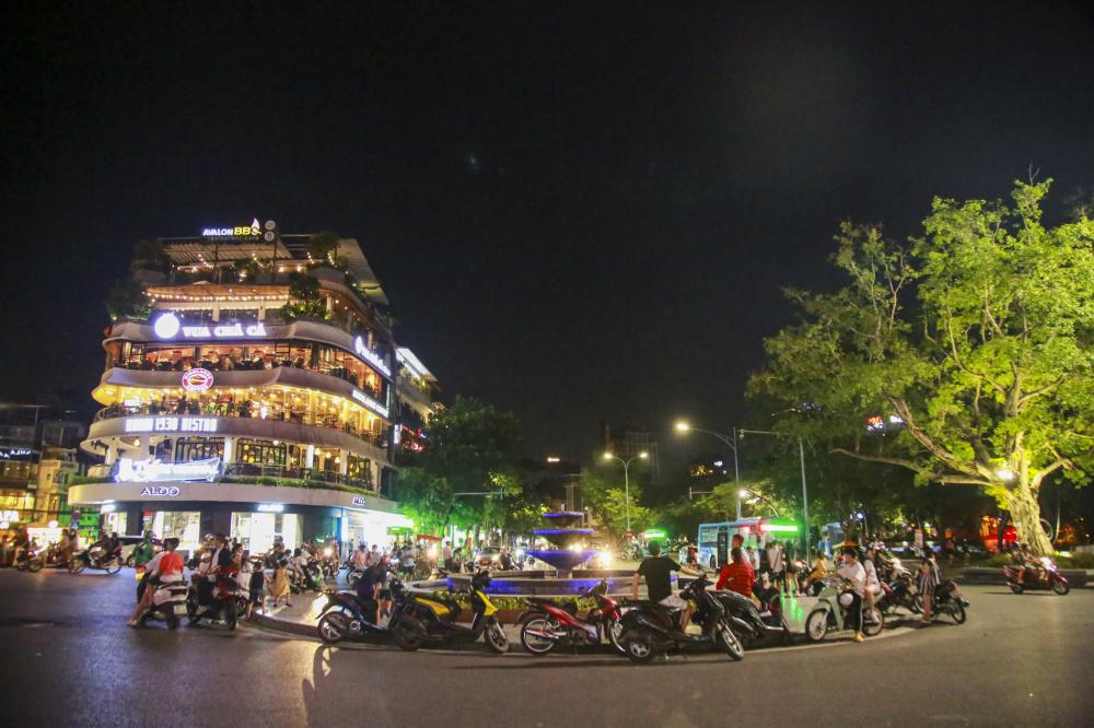 Ghi nhận của PV tại một số khu vực ở trung tâm thành phố Hà Nội vào ngày 11/7,  nhiều người dân vẫn vô tư tụ tập vào buổi tối cuối tuần.