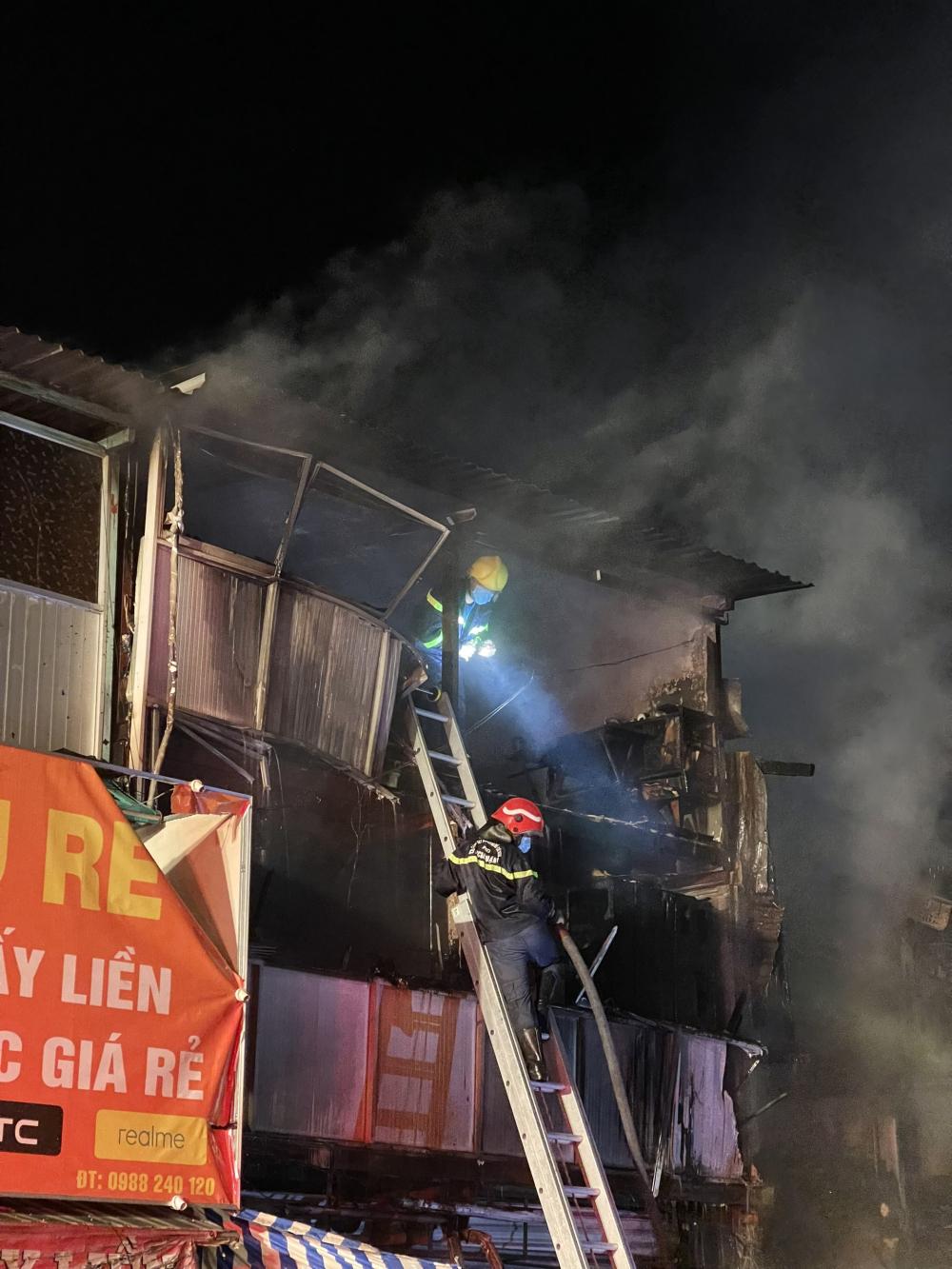 Lực lượng chức năng chữa cháy tại hiện trường.