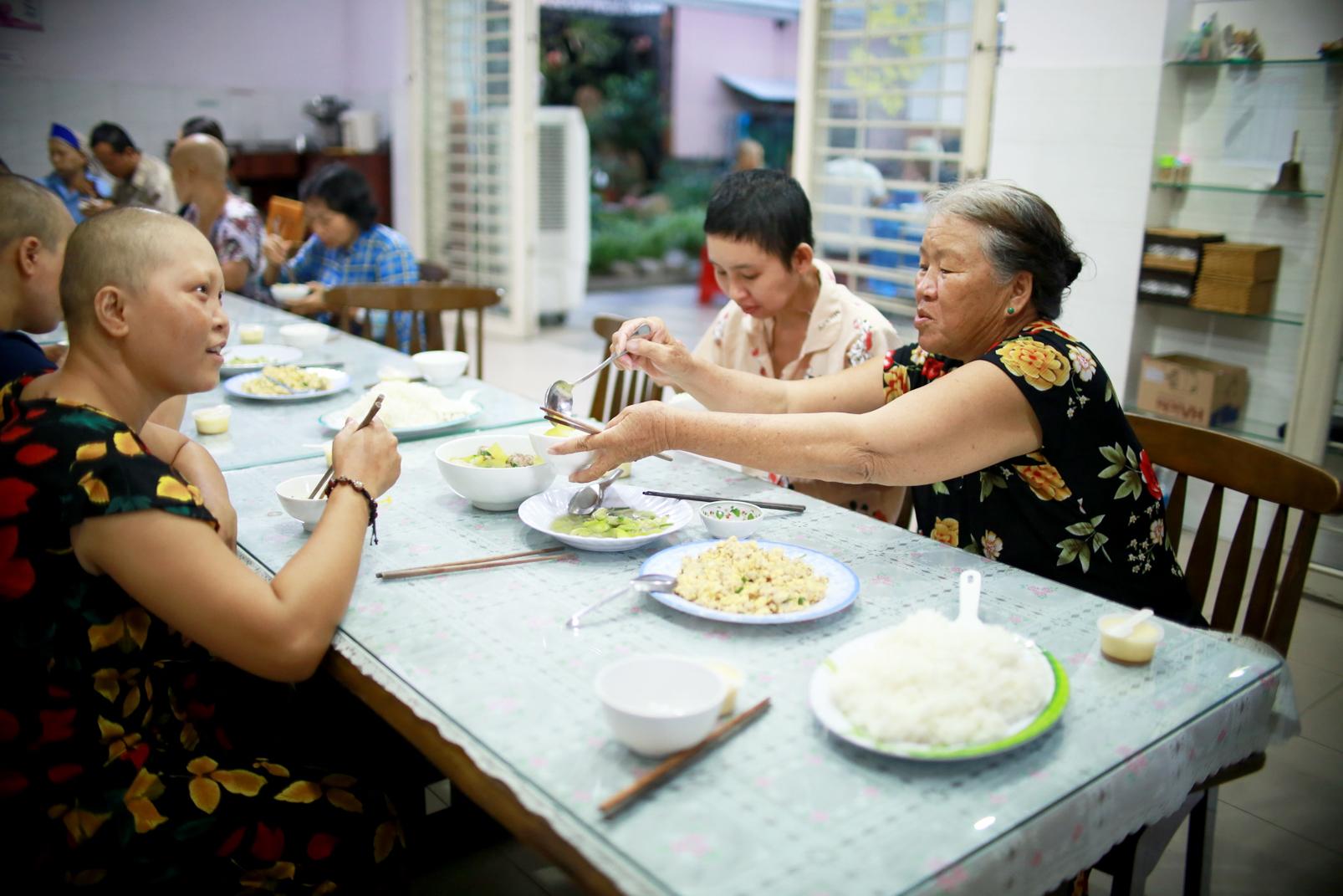 Nguyên liệu chế biến bữa ăn cho các bệnh nhân mỗi ngày phần lớn do những tấm lòng hảo tâm đóng góp - Ảnh: Thái Cường