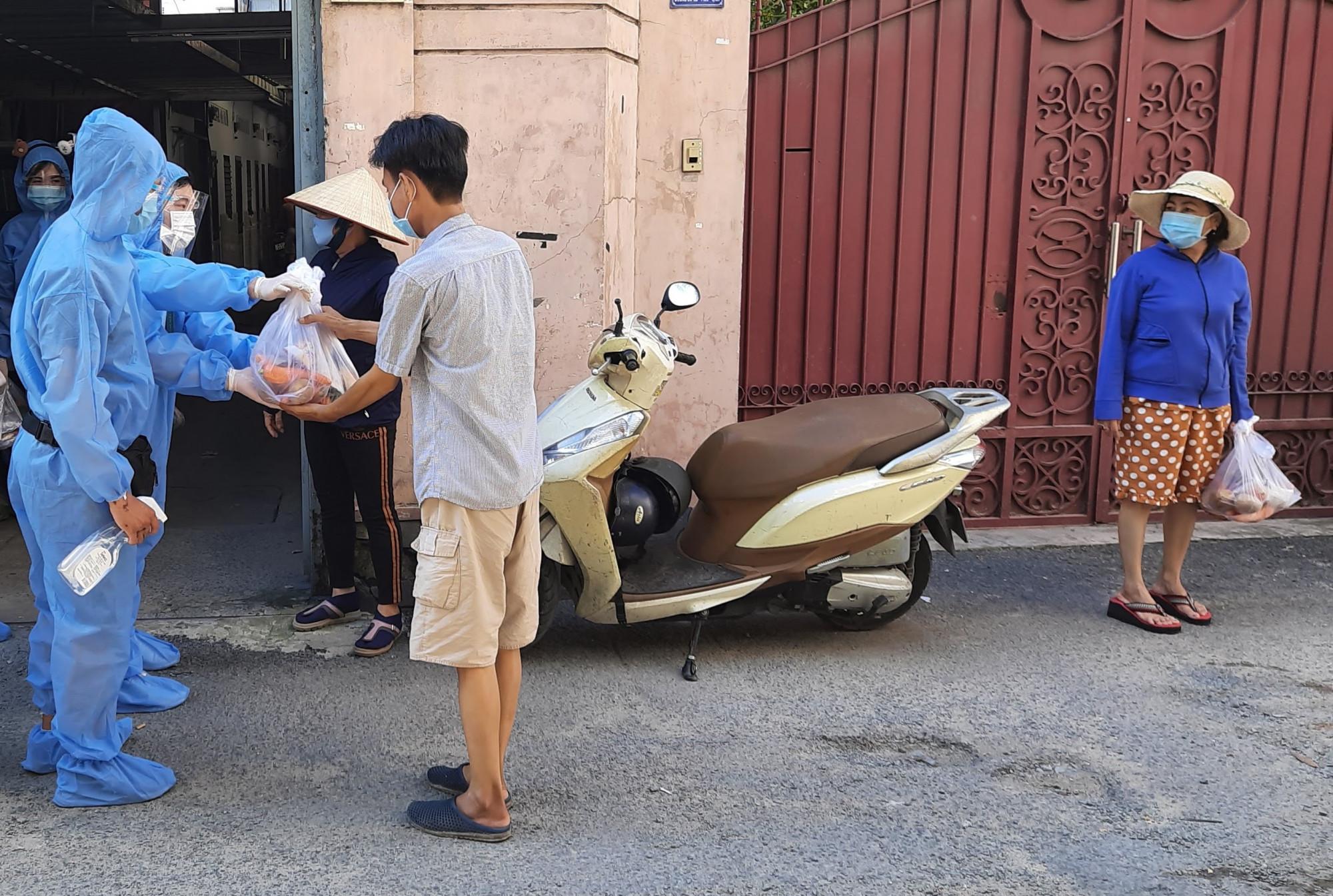 Đội trao quà được trang bị bảo hộ để đến với những hoàn cảnh khó khăn tại Gò Vấp trước ngày giãn cách