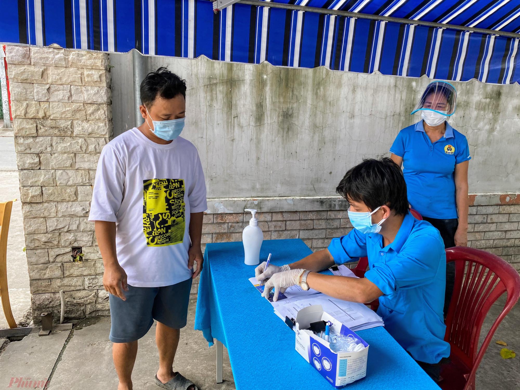 Một người dân đến siêu thị trên đường Nơ Trang Long, phường 12, quận Bình Thạnh.