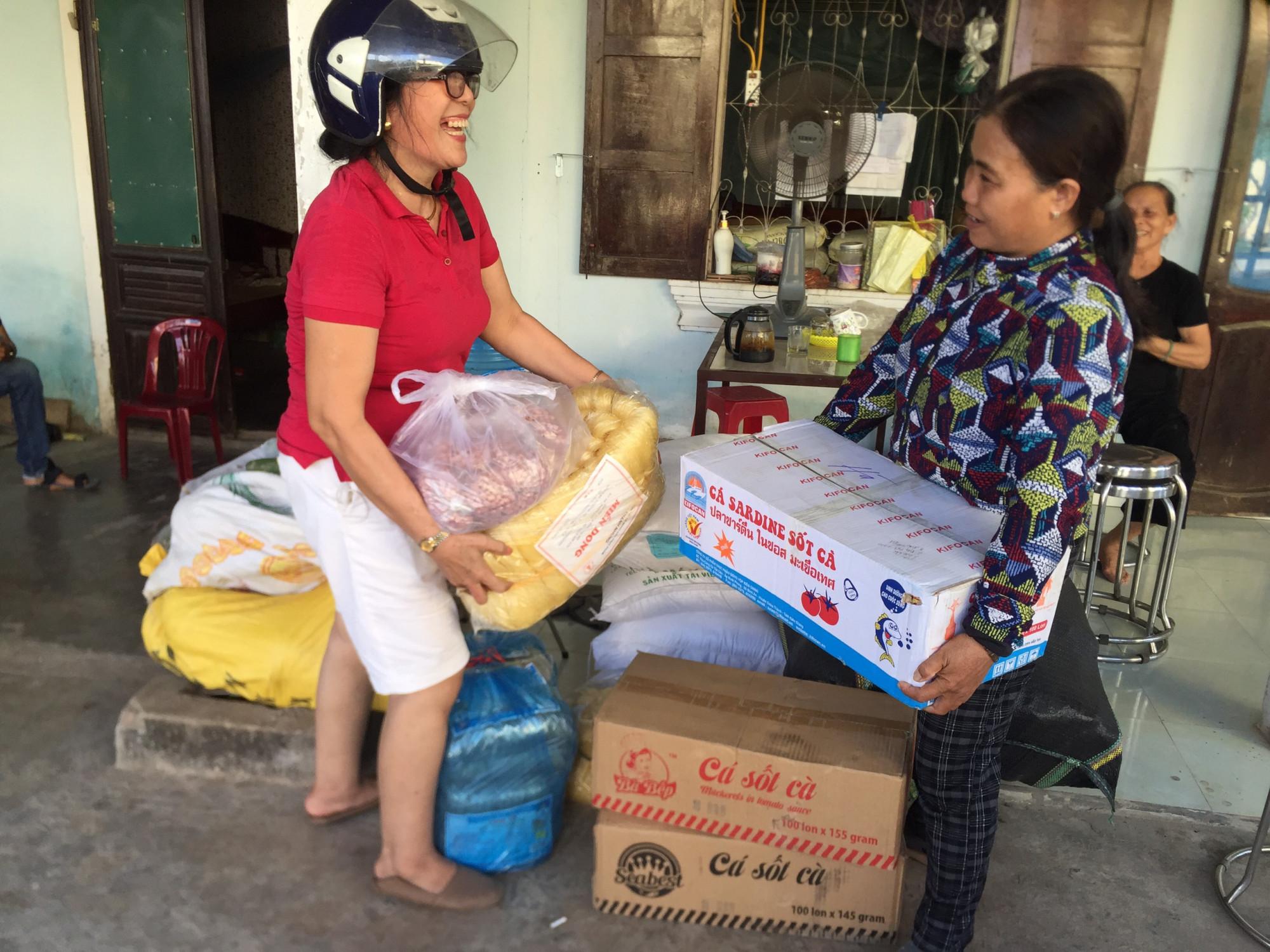 Phụ nữ là những người nhiệt tình và hăng hái nhất. Trong ảnh, P Đông Lương, TP Đông Hà, tỉnh Quảng Trị đang góp quà gửi cho TPHCM