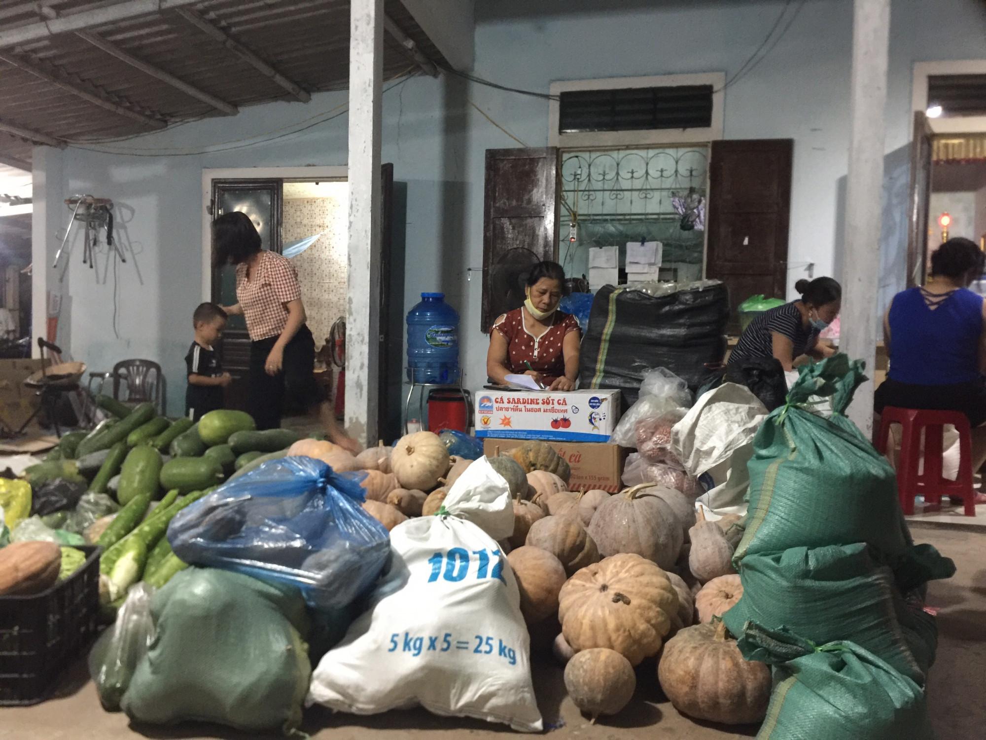 Phụ nữ Phường Đông Lương, TP Đông Hà gom nhu yếu phẩm gửi tặng bà con Sài Gòn