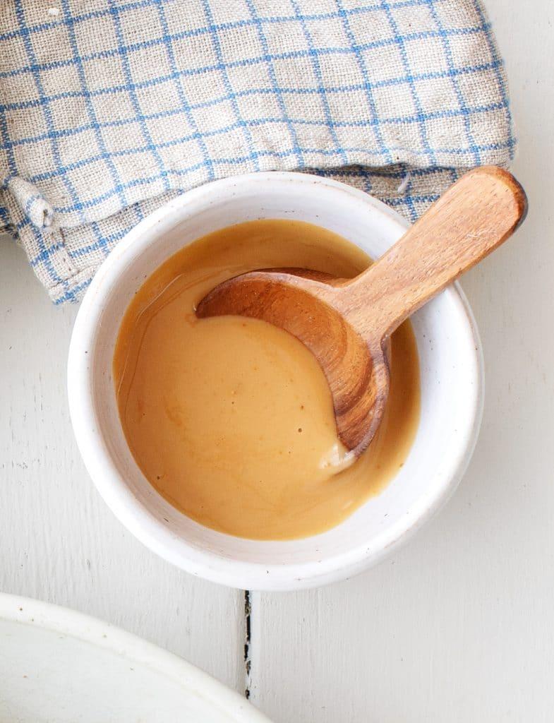 Đun nóng dầu trên chảo nhỏ ở lửa vừa. Thêm nấm và nấu cho đến khi chín vàng và mềm, khoảng 5 phút. Lấy chảo ra khỏi bếp, cho tamari vào và đảo đều. Để qua một bên.