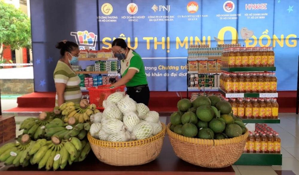 Người dân đi siêu thị mini 0 đồng ở quận 8, TPHCM. Ảnh: Tam Bình