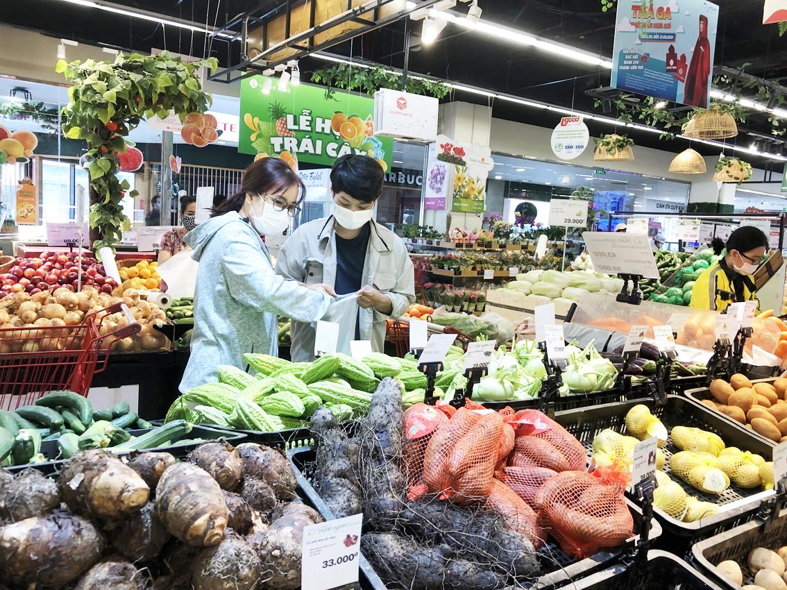 Các chuyên gia cho rằng cần tổ chức thông suốt khâu lưu thông, giá nông sản tại TP.HCM sẽ nhanh chóng ổn định  trở lại (người tiêu dùng mua sắm ở siêu thị Lotte Mart Q.Tân Bình) - ảnh: T.Hoa