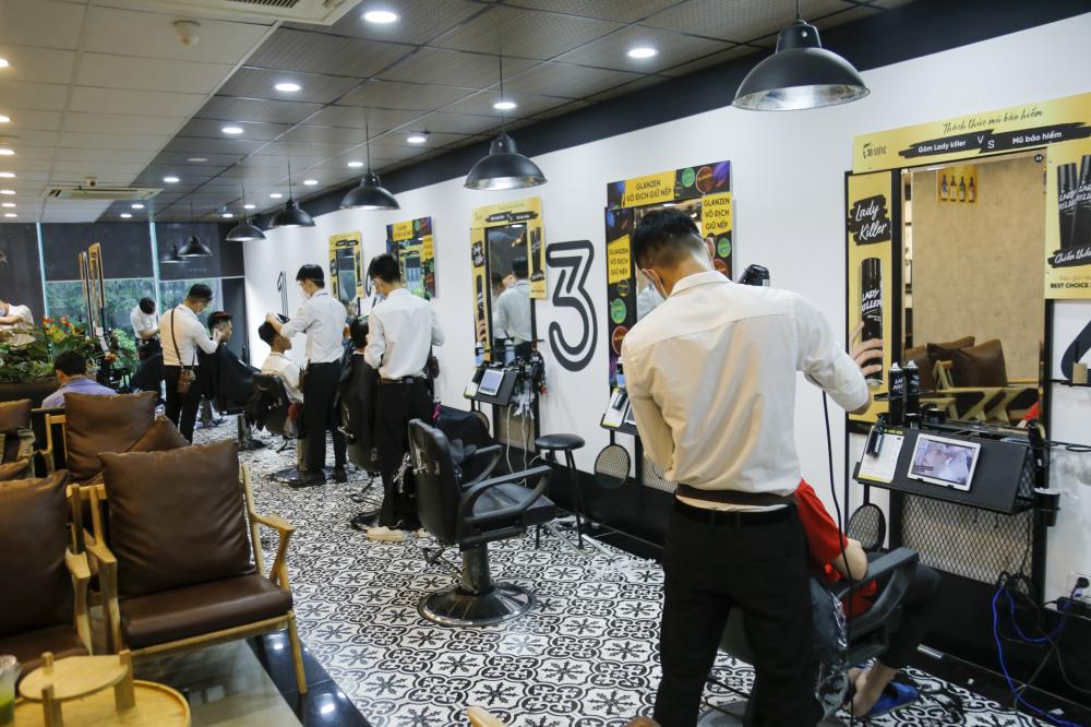 Ghi nhận của PV tại cửa hàng cắt tóc lớn( 30 Shine) trên phố Trần Quốc Hoàn (Hà Nội) vào chiều 12/7, khách đến đây cắt tóc rất đông.