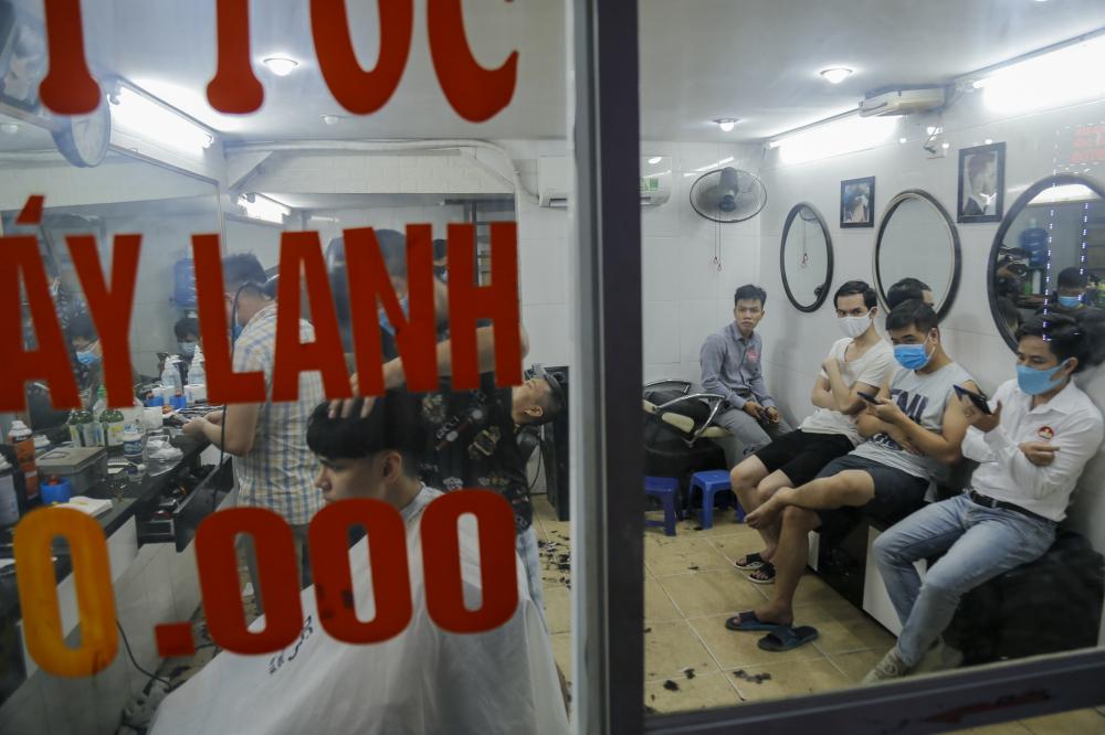Cùng ngày, tại một quán cắt tóc trên đường Nguyễn Khang. dù mặt bằng quán khá nhỏ tuy nhiên lượng khách khá đông ngồi chật kín không gian quán.