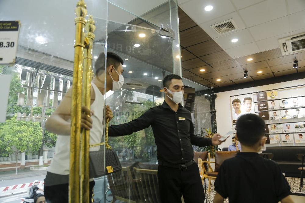 Được biết quán cắt tóc tại đường Trần Quốc Hoàn này chỉ nhận dịch vụ về tóc cho những khách có lịch đặt trước bởi số lượng khách của cửa hàng ngày hôm nay quá nhiều.