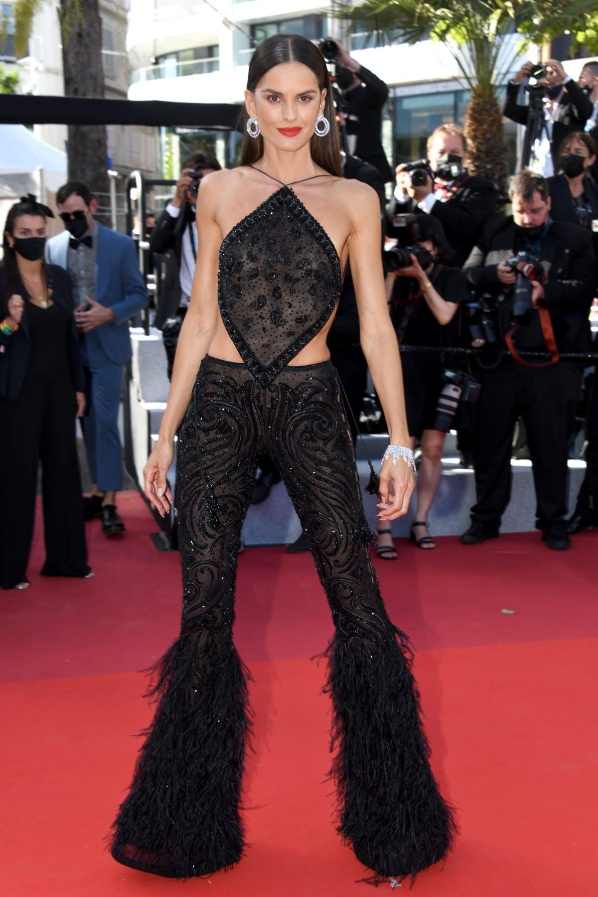 Izabel Goulart - bạn gái của thủ môn Kevin Trapp nhanh chóng hút rừng ống kính khi xuất hiện trên thảm đỏ LHP Cannes ngày thứ 3