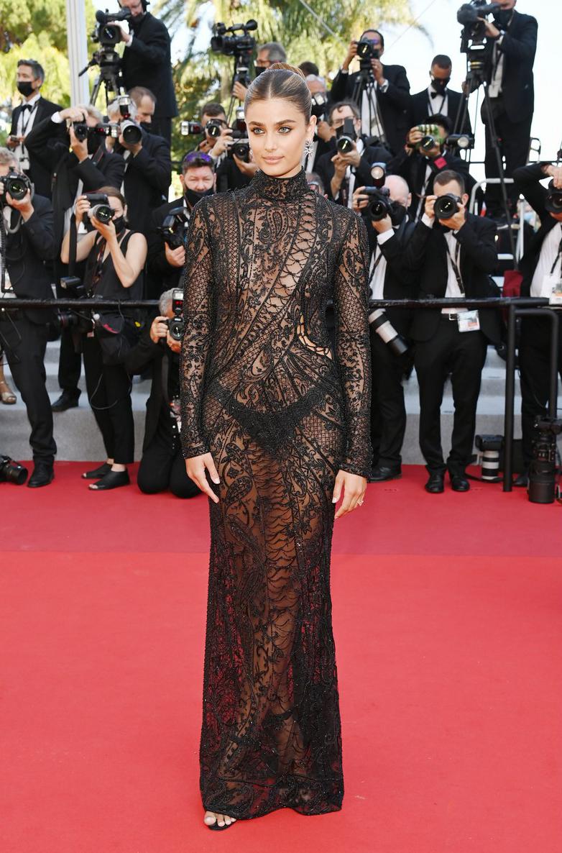 Taylor Hill - thiên thần Victoria Secret - để ngực trần diện đầm xuyên thấu ở Cannes 2021 hôm 10/7.
