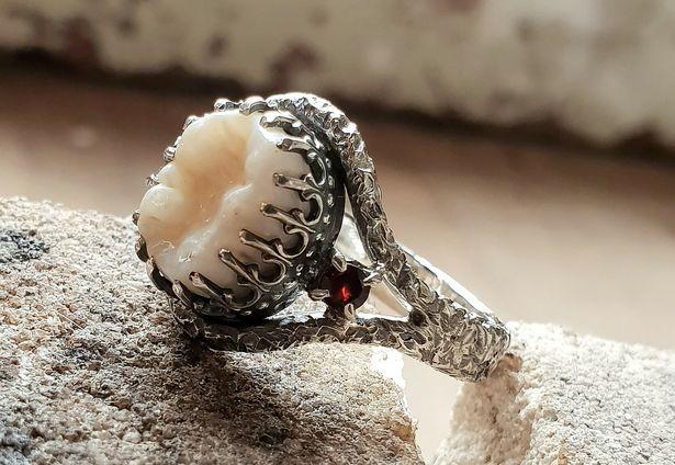 Một chiếc nhẫn có thiết kế khá cầu kỳ từ Jacqui Williams