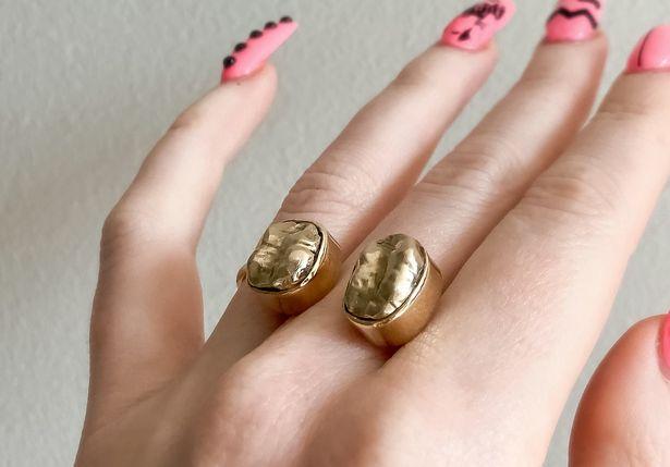 Cặp nhẫn làm từ hai chiếc răng bọc vàng của người ông quá cố của vị khách hàng