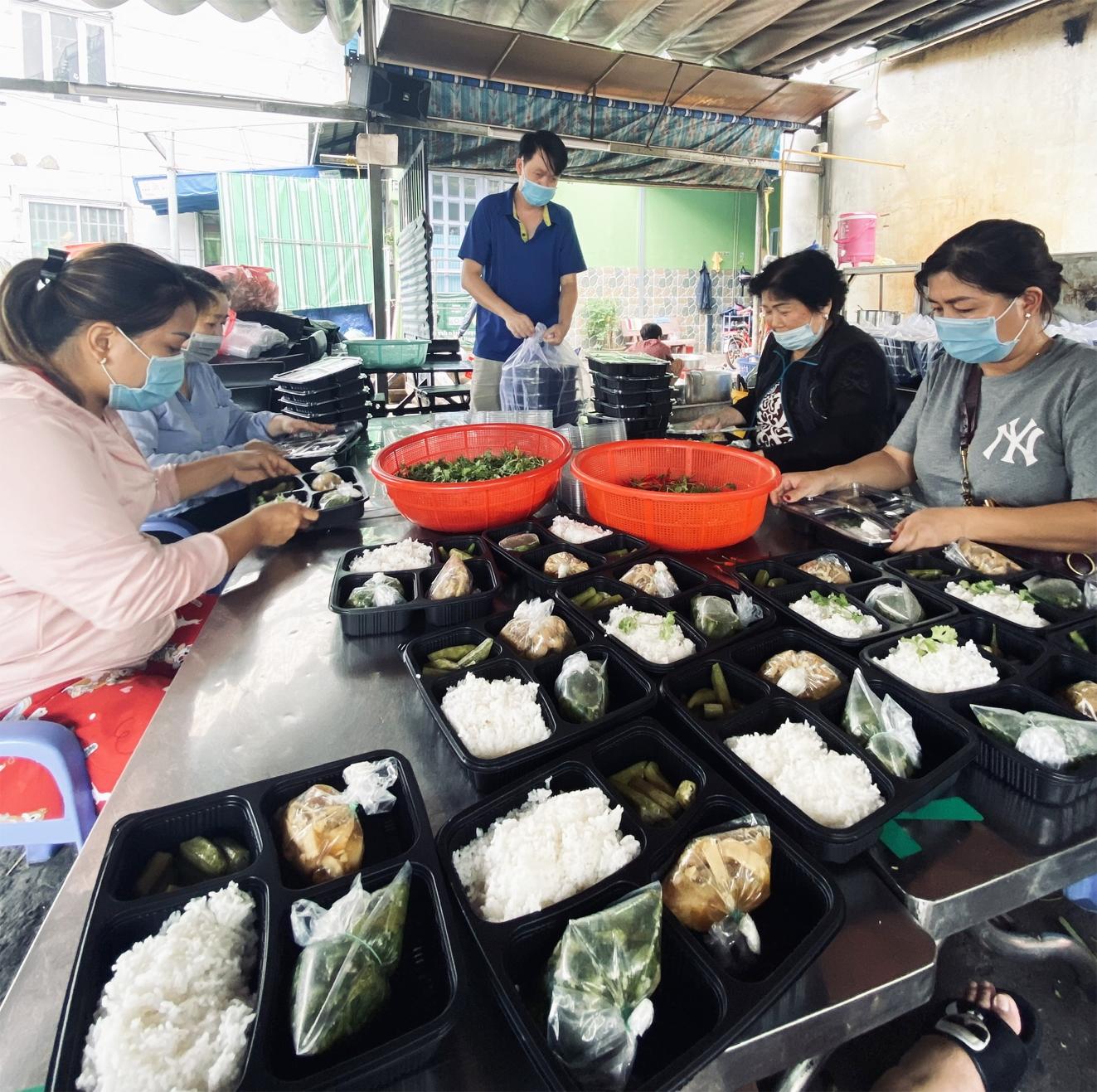 Mỗi ngày, nhóm của anh Nguyễn Huy Hoàng chuẩn bị khoảng 300 phần ăn để phát cho người khó khăn
