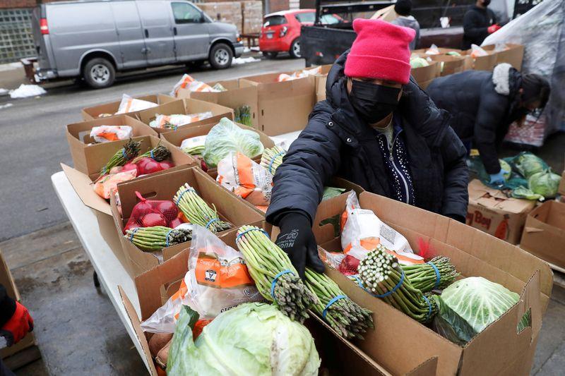 Các hộp thực phẩm được đóng gói tại phòng đựng thức ăn của tổ chức phi lợi nhuận New Life Centers ở Chicago, Illinois, Hoa Kỳ.