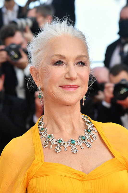 Helen Mirren gây ấn tượng với mái tóc bạch kim búi cao.