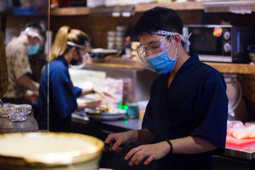 """Cũng theo người quản lý, Về việc tạm dừng đón khách, chỉ bán mang về đã khiến khách hàng giảm đi đáng kể nên chúng tôi đã phải cho hơn 2/3 nhân viên của cửa hàng tạm nghỉ việc, chỉ để lại 4 nhân viên làm bếp để phục vụ khách mang về"""""""