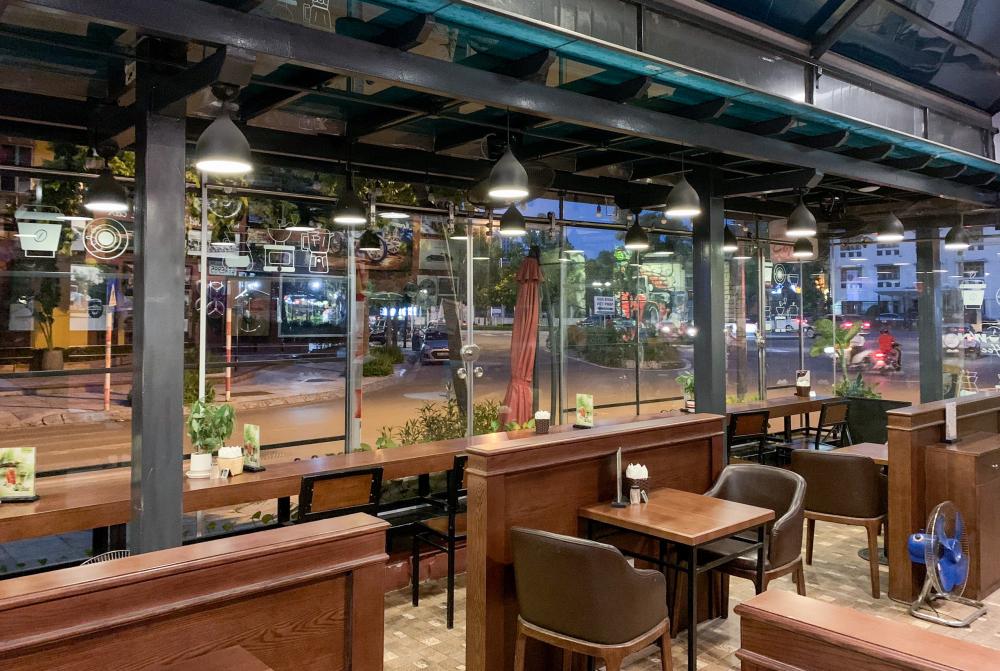 Theo chia sẻ của quản lý nhà hàng, dù mới khai trương từ tháng 11/2020 nhưng nhà hàng đã phải trải qua nhiều đợt đóng cửa - mở cửa theo chỉ thị của thành phố