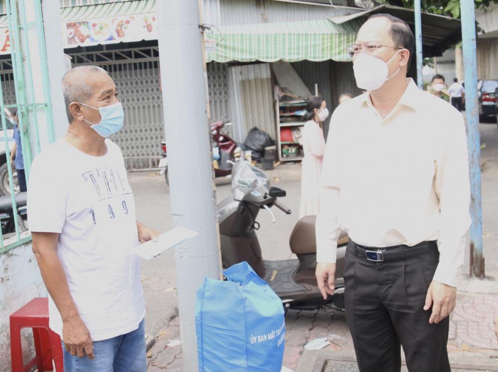 Phó Bí thư Thành ủy TPHCM Nguyễn Hồ Hải thăm hỏi người dân bị ảnh hưởng bởi vụ cháy.
