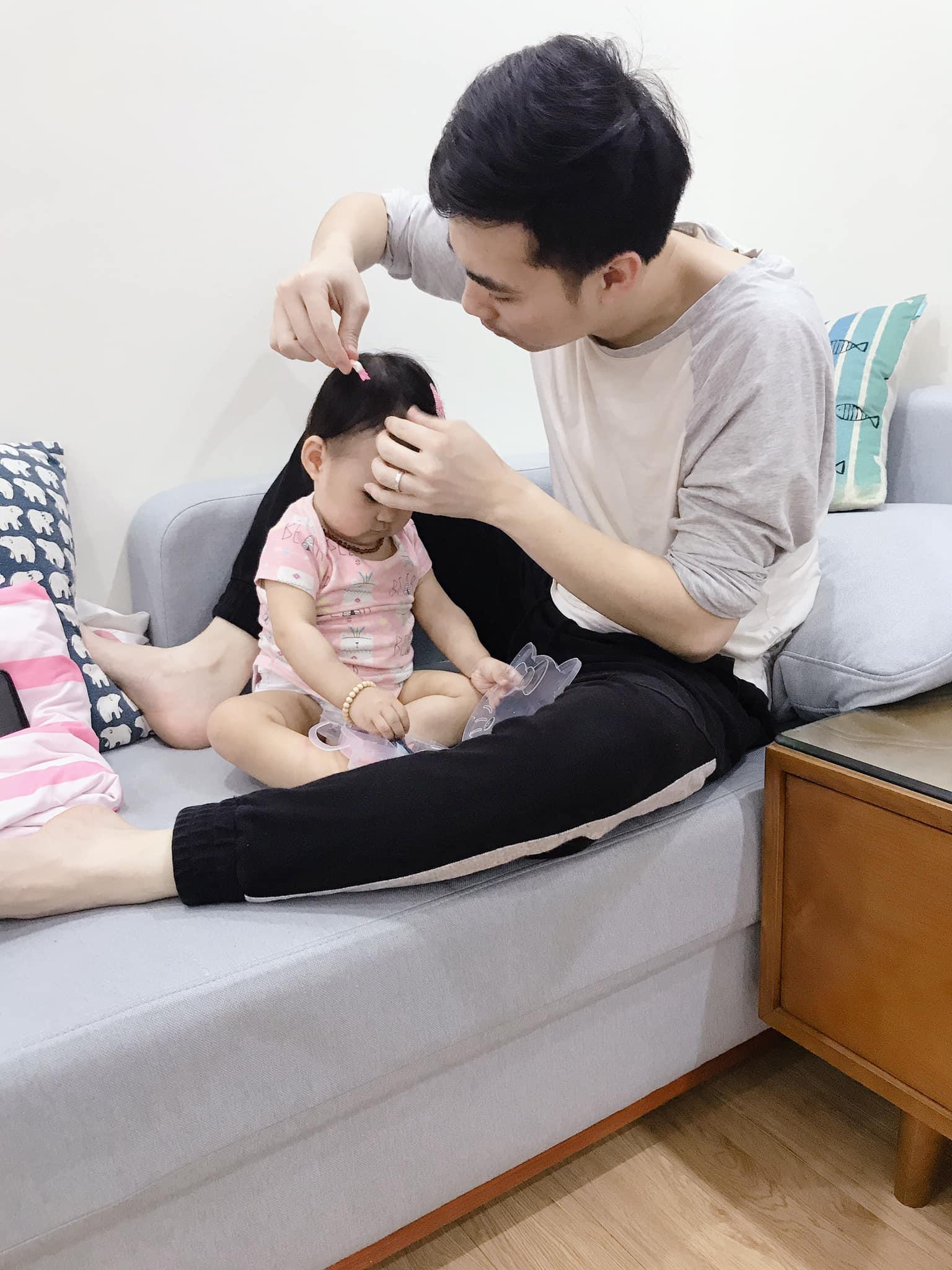 Anh Cường chăm sóc con gái khi ở nhà. Ảnh do nhân vật cung cấp