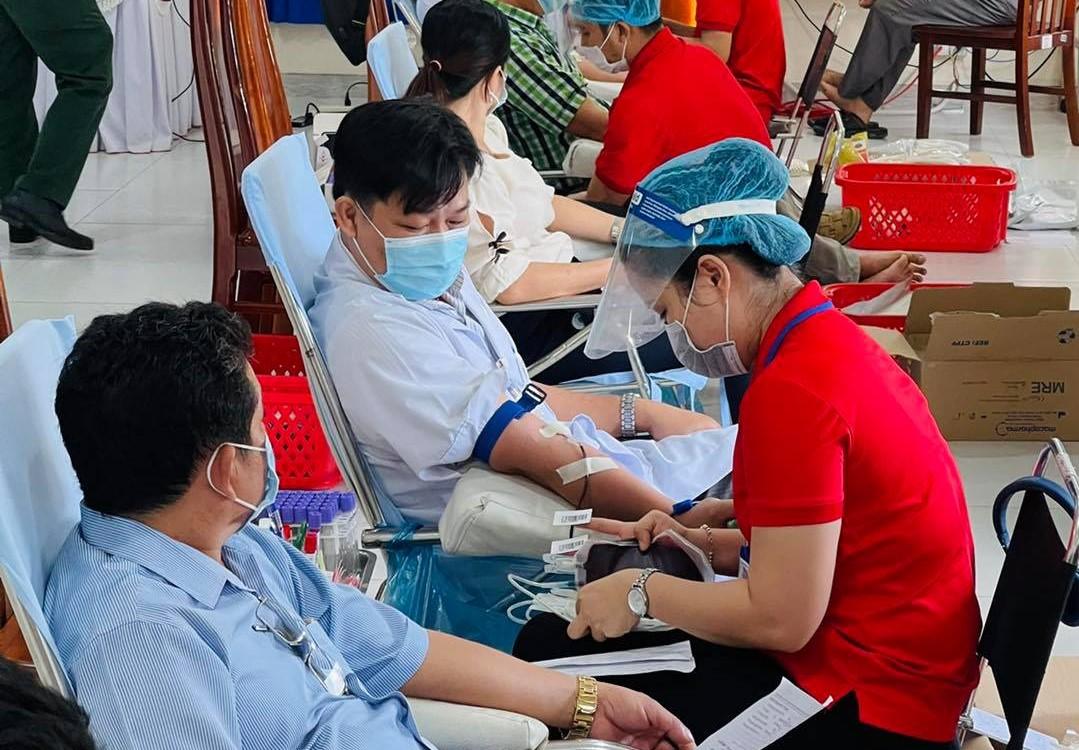 Y bác sĩ tham gia hiến máu