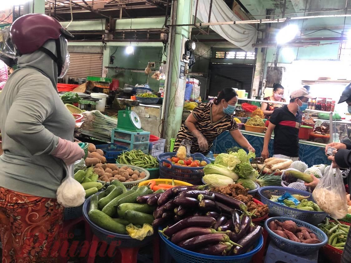 Rau củ về chợ truyền thống ít, giá nhiều mặt hàng tăng gấp đôi