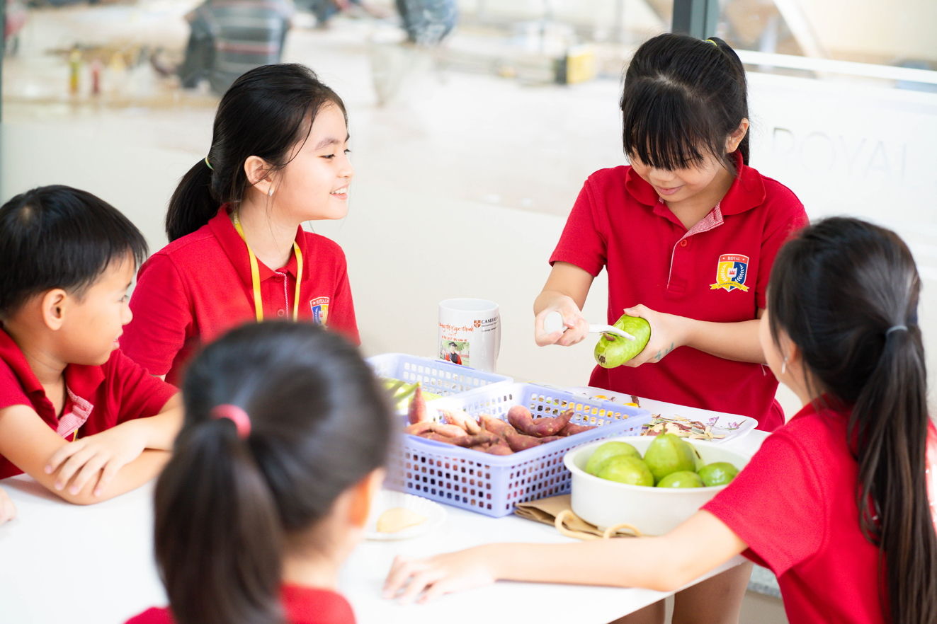 Học sinh trường có yếu tố quốc tế thường sẽ được phát triển đồng bộ các kỹ năng ngoài học thuật nhưng học phí cao và khó thích ứng khi quay về trường công - Ảnh: Phúc Trần