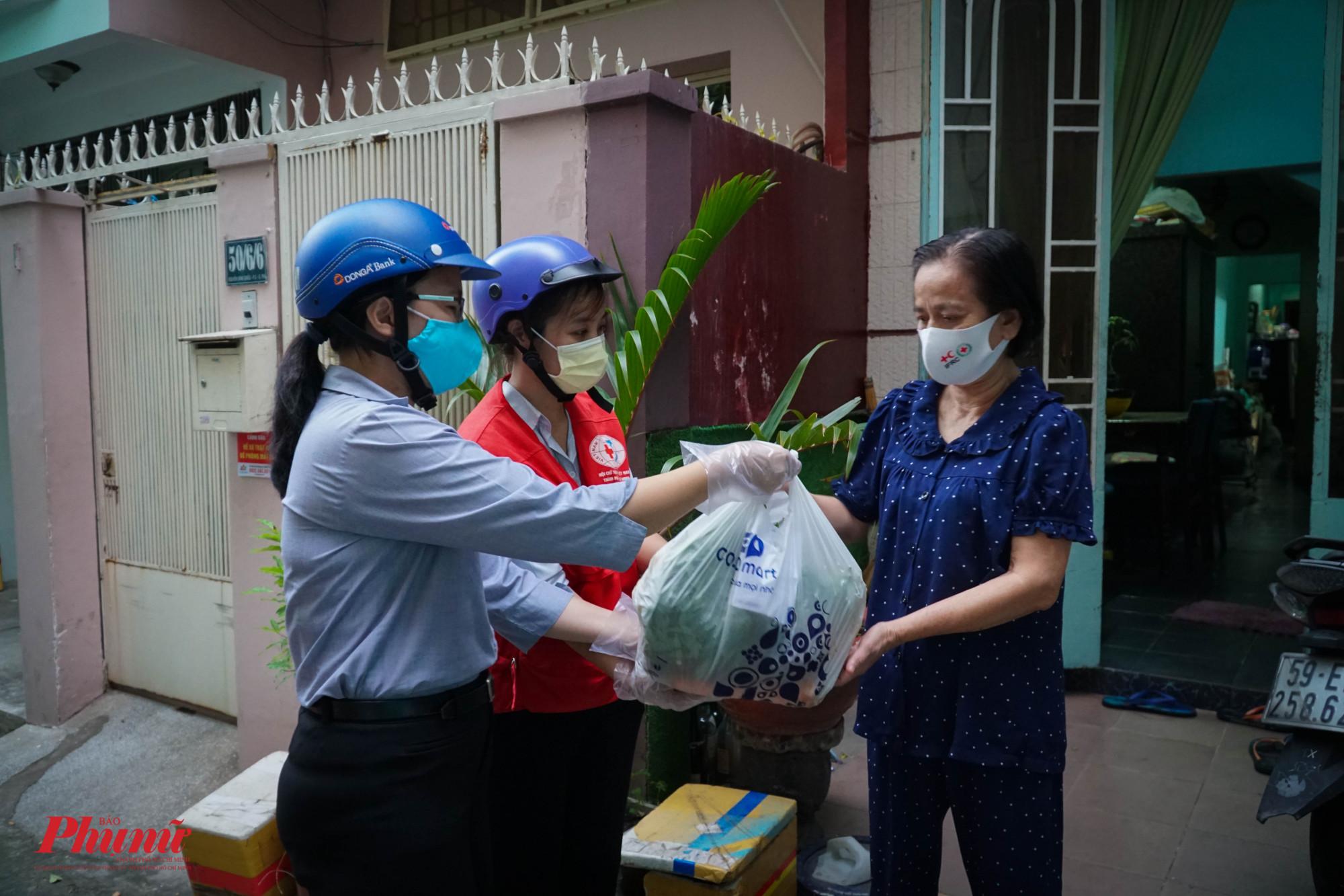 Mô hình đi chợ giúp người dân được phường 3, quận Phú Nhuận thực hiện từ ngày 10/7 - 1 ngày sau khi Chỉ thị 16 có hiệu lực