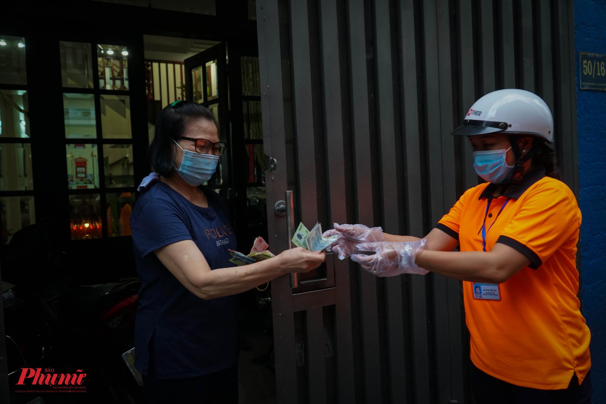 Tình nguyện viên phải luôn giữ khoảng cách an toàn, đeo găng tay và sát khuẩn sau khi giao hàng cho người dân