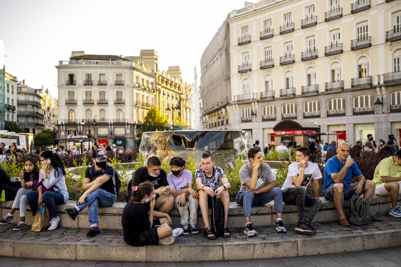 Người dân tập trung tại quảng trường Sol ở Madrid, Tây Ban Nha đều không mang khẩu trang và áp dụng giãn cách xã hội sau khi chính phủ dỡ bỏ dần các hạn chế từ giữa tháng Sáu - ẢNH: AP
