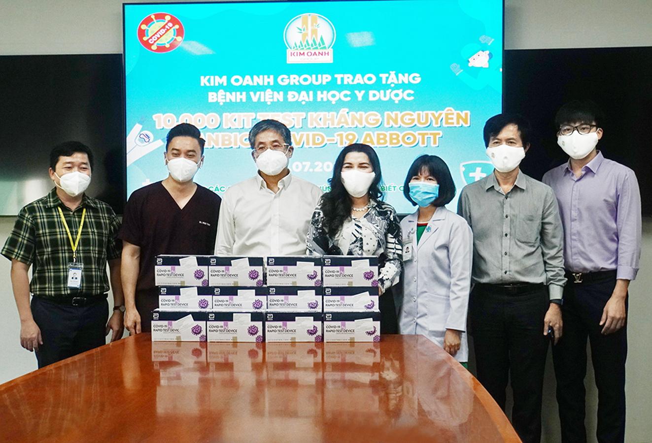 Bà Kim Oanh (thứ tư từ phải qua) ủng hộ 10.000 bộ kit xét nghiệm COVID-19 cùng thiết bị y tế cho Bệnh viện Đại học Y Dược TP.HCM