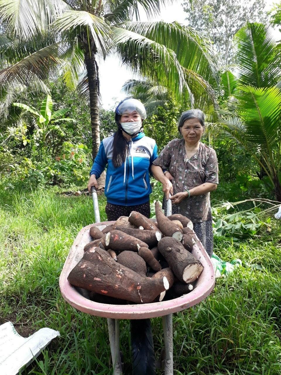 Từ củ khoai mì, mớ rau muống, đọt nhãn lồng,... cũng được hội viên, phụ nữ các miền quê gom góp để chia sẻ khó khăn với người dân TP. HCM