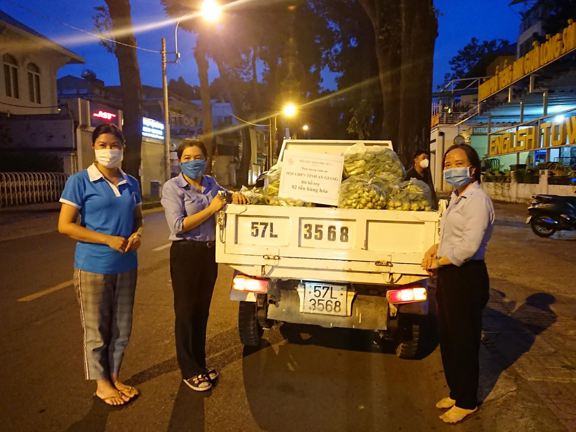Chuyến xe yêu thương của Hội LHPN tỉnh An Giang đến với Hội LHPN TP trong đêm