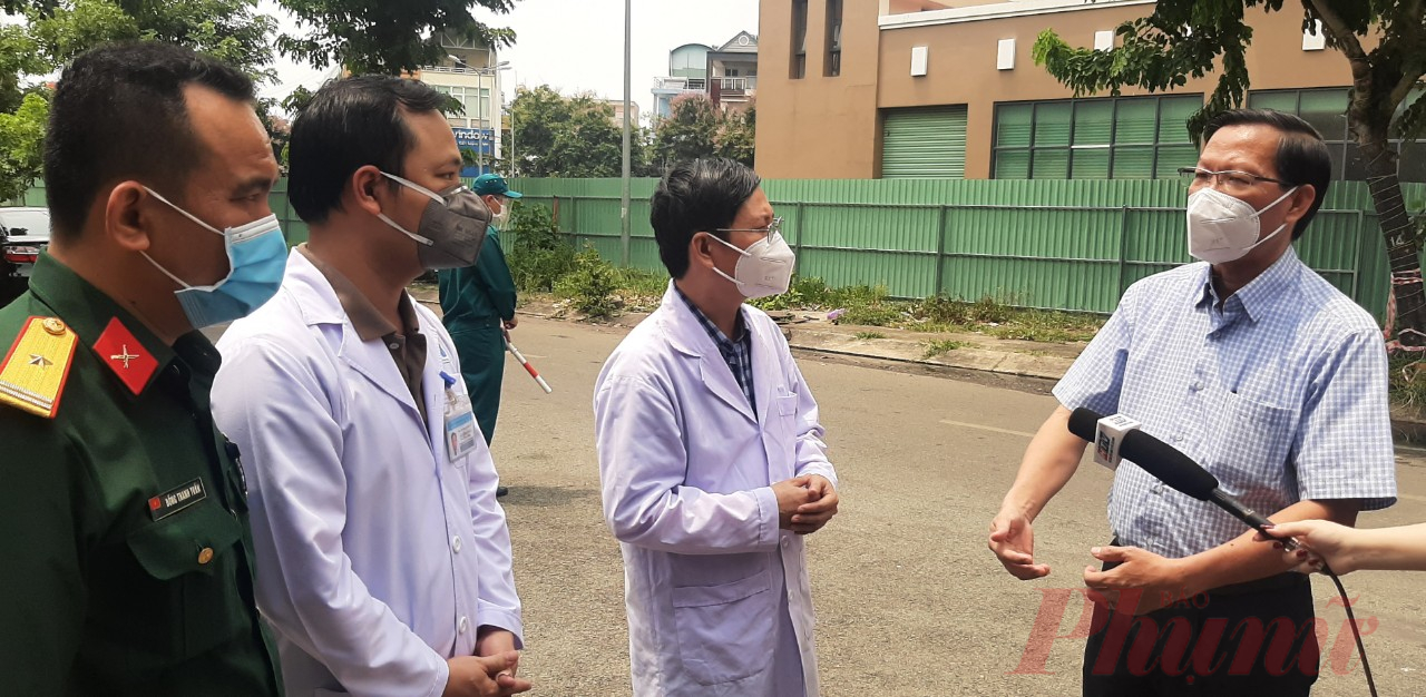 Phó bí thư thường trực Thành ủy TPHCM Phan Văn Mãi trao đổi với Ban giám đốc Bệnh viện dã chiến số 2