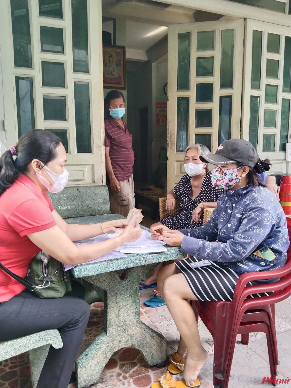 Lao động tự do ở Phường Tân Chánh Hiệp (quận 12, TPHCM) được cán bộ đến tận nhà  trao số tiền hỗ trợ. Ảnh: Nghi Anh