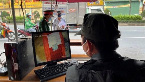 Hệ thống camera soi chiếu giấy tờ đang thử nghiệm tại cầu Phú Long, quận 12. Ảnh: Văn Minh
