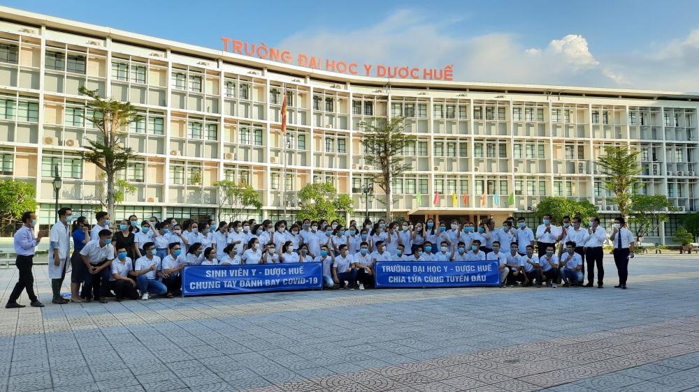 Chiều ngày 13/7, trường Đại học Y Dược Huế tổ chức gặp mặt đoàn cán bộ và sinh viên tình nguyện của nhà trường hỗ trợ công tác phòng, chống dịch bệnh COVID-19 tại TP Hồ Chí Minh. Tham dự  buổi gặp mặt có đại diện đại học Huế và ban giám hiệu nhà trường.