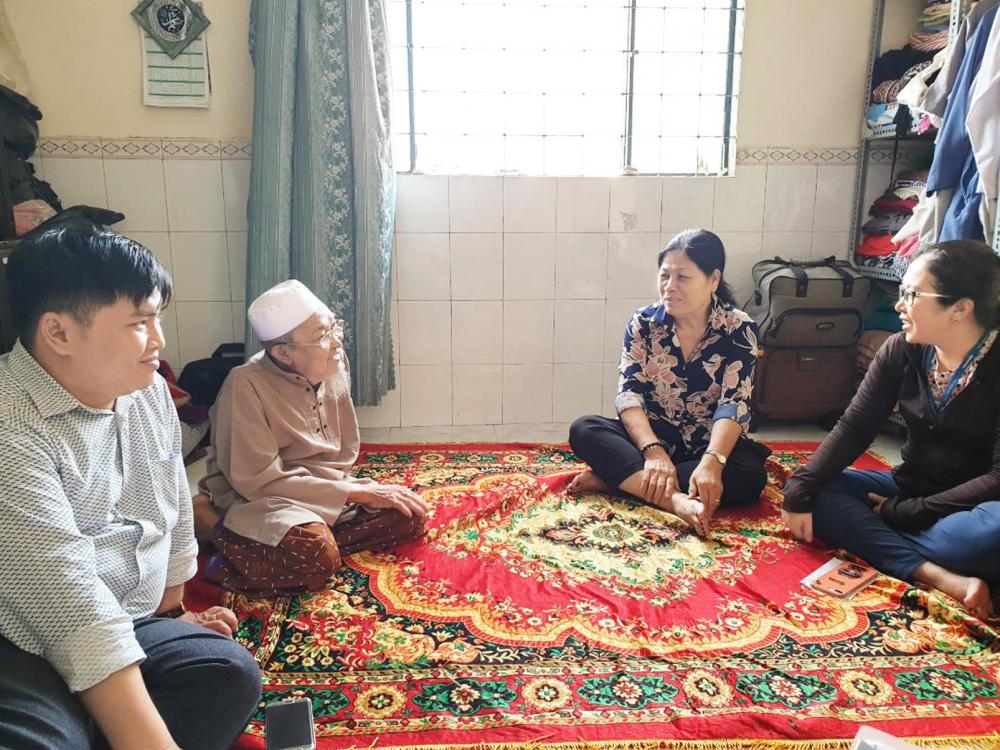 Cô Thiện (ngồi giữa) tìm hiểu phong tục tập quán của từng dân tộc để có sự quan tâm, chia sẻ, động viên kịp thời - Ảnh: T.L.