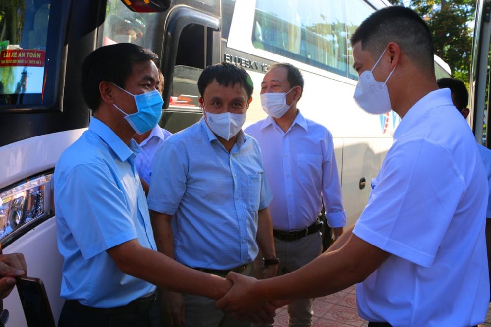 Kết thúc nuổi lễ ông Nguyễn Văn Phương - Chủ tịch UBND tỉnh Thừa Thiên - Huế ra tận xe bắt tay động viên cán bộ Y tế của quê hương Thừa Thiên - Huế lên đường làm nhiệm vụ
