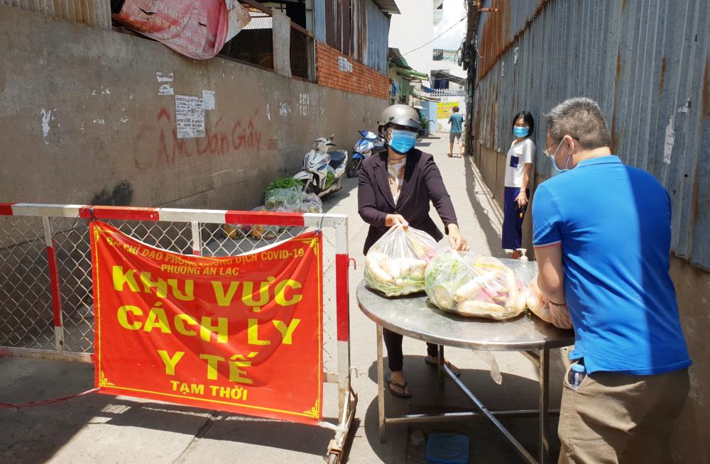 Thực phẩm từ các chương trình do kiều bảo tổ chức được đưa đến các khu vực cách ly ở TP.HCM, nơi có người dân đang cần hỗ trợ - Ảnh: Ủy ban về người Việt Nam ở nước ngoài TP.HCM