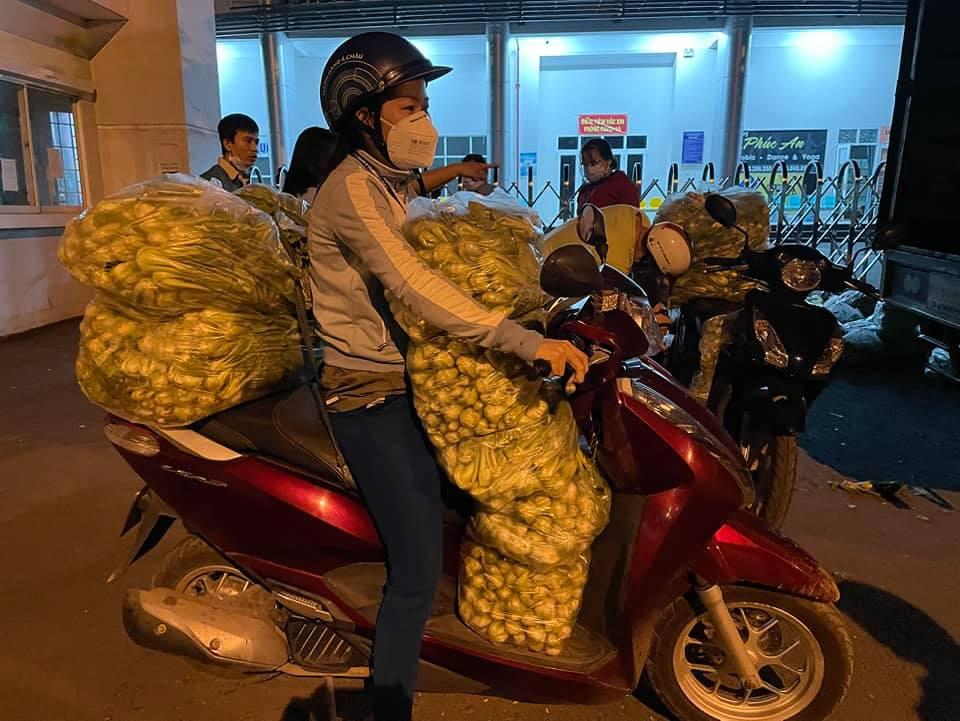 Chiều tối 13/7, Chuyến hàng chở nông sản từ An Giang đã về đến Q.12, các chị lập tức phân phối và chở về những khu cách ly ở các phường, tiếp tế cho dân.